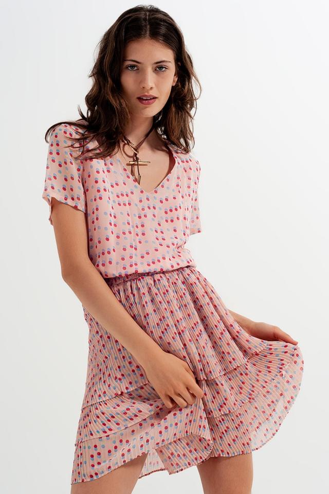 Vestido corto con diseño fruncido y sobrefalda en rosado