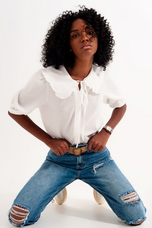 Blusa blanca con cuello bobo