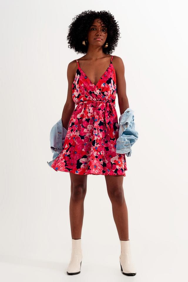 Vestido corto rosa intenso con estampado de flores y tirantes