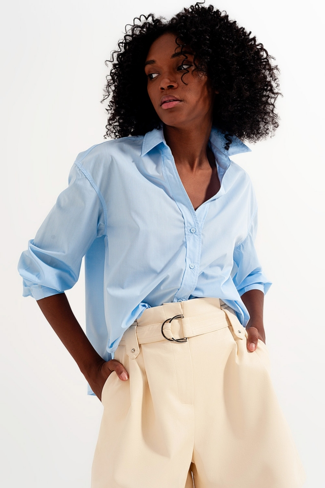 Camisa azul  con cuello de solapas