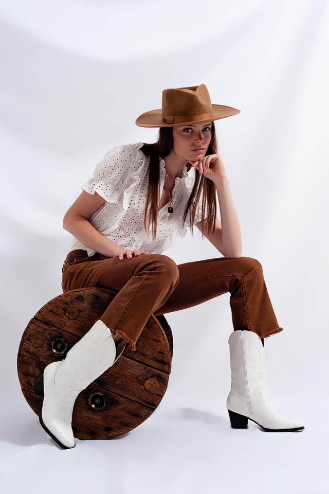 Jeans acampanados con dobladillo sin rematar en marrón