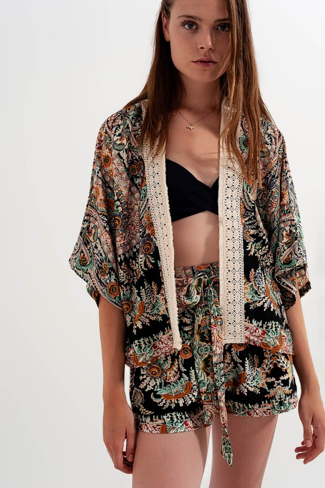 Kimono negro de satén con ribetes de encaje