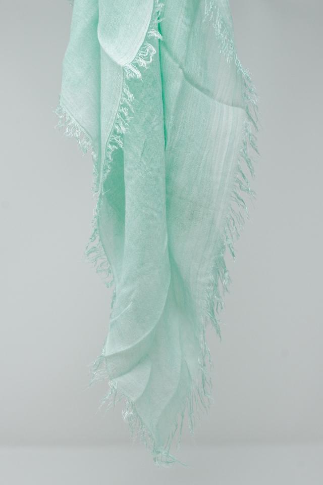 Bufanda turquesa cuadrada de tejido ligero