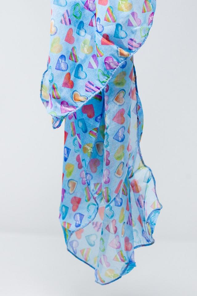 Pañuelo azul con estamapado multicolor de corazones