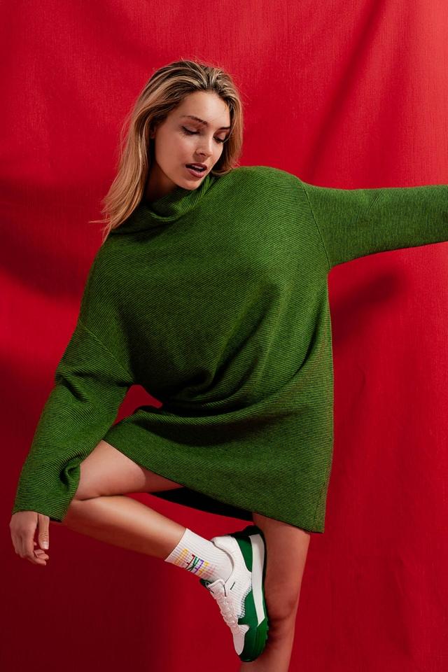Vestido corto verde estilo jersey con cuello alto