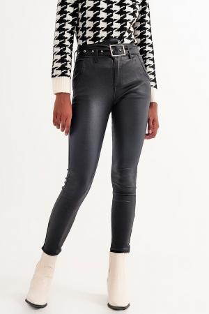 Pantalones de cuero sintetico con cinturón en negro