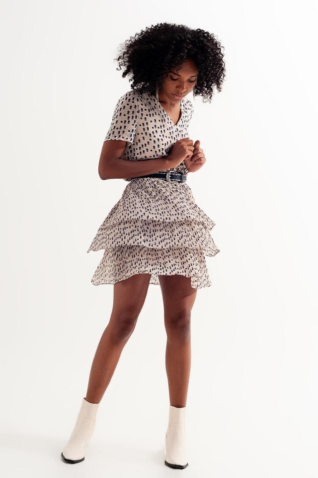 Vestido corto con diseño fruncido y sobrefalda en crema