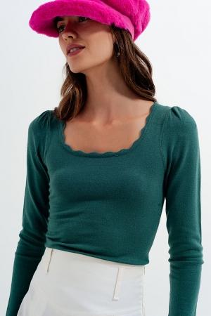 Top verde de manga larga con bordes ondulados