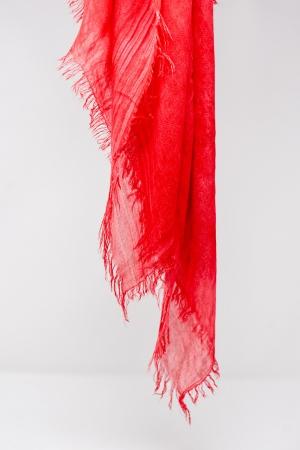 Bufanda roja cuadrada de tejido ligero