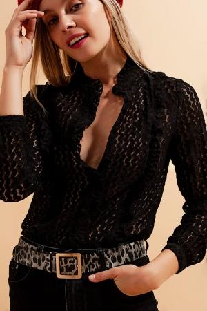 Blusa negra con botones y diseño bordado