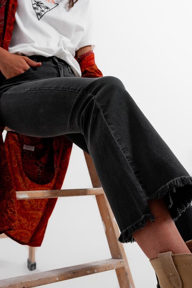 Pantalones en gris oscuro con tobillos anchos