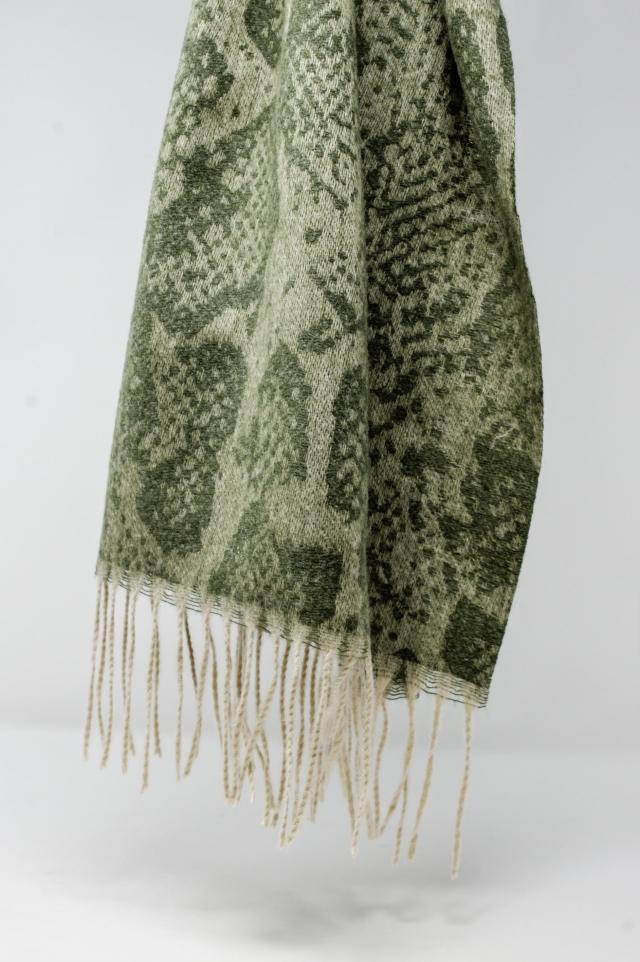 Pañuelo estampado de serpiente color verde con flecos