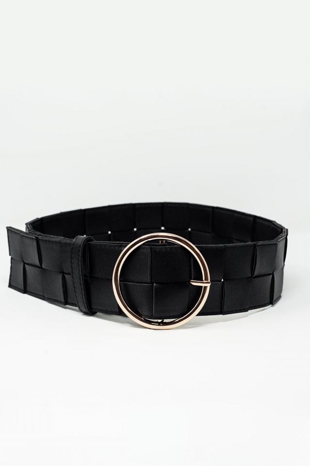 Cinturón negro con hebilla dorada