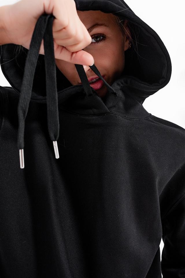 Sudadera basica negra con capucha y cordones